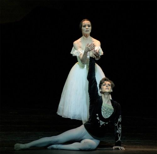 Vladimir Shklyarov mit Lebens- und Tanzpartnerin  Maria Shirinkina »Giselle« (oben)  | © Jack Devant