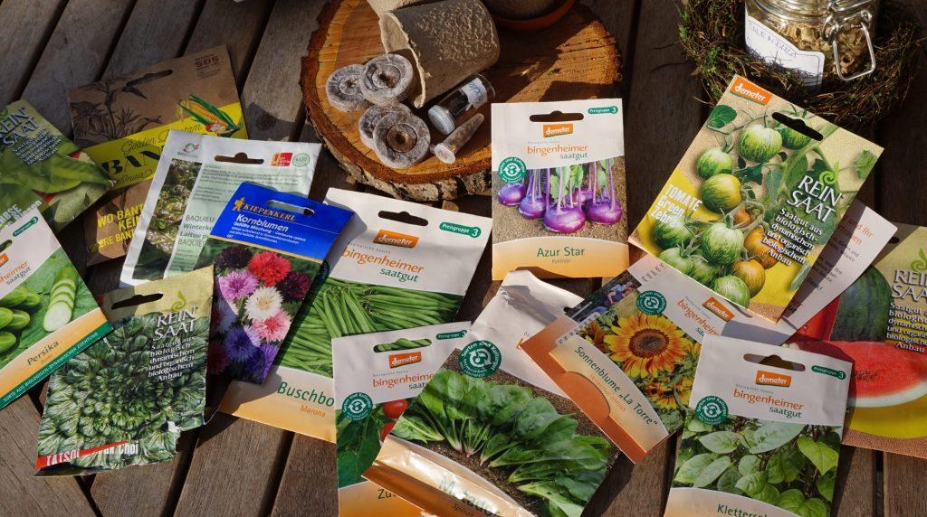 Viele verschiendene Samentüten  biologischem Saatguts von alten ungewöhnlichen Sorten um Gemüse selber zu säen