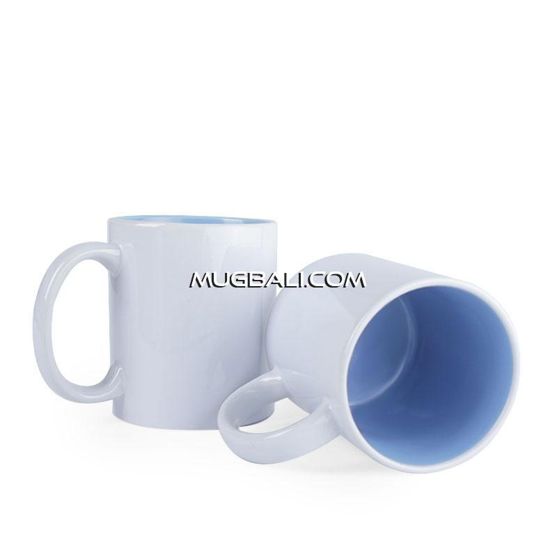 Cetak mug keramik putih warna dalam biru muda