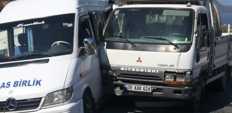 Minibüs ile kamyon çarpıştı: 5 yaralı