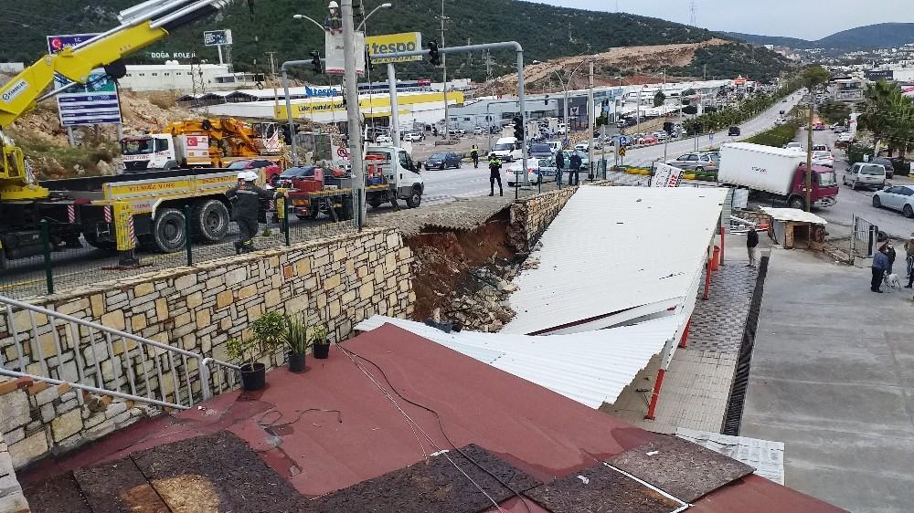 Bodrum'da istinat duvarı yıkıldı otopark çöktü