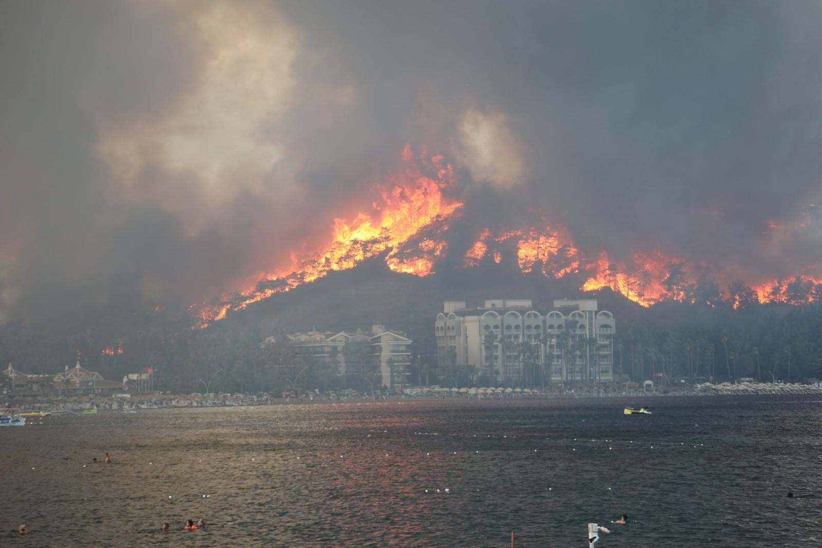 Marmaris Belediyesi yangına karşı seferber oldu