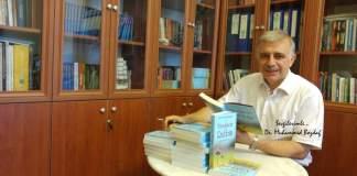 Muhammed Bozdağ kitaplarını imzalarken