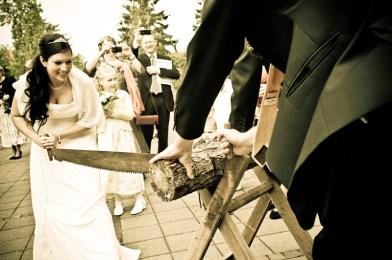 Zur Tradition gehört es einen Baumstamm zu sägen