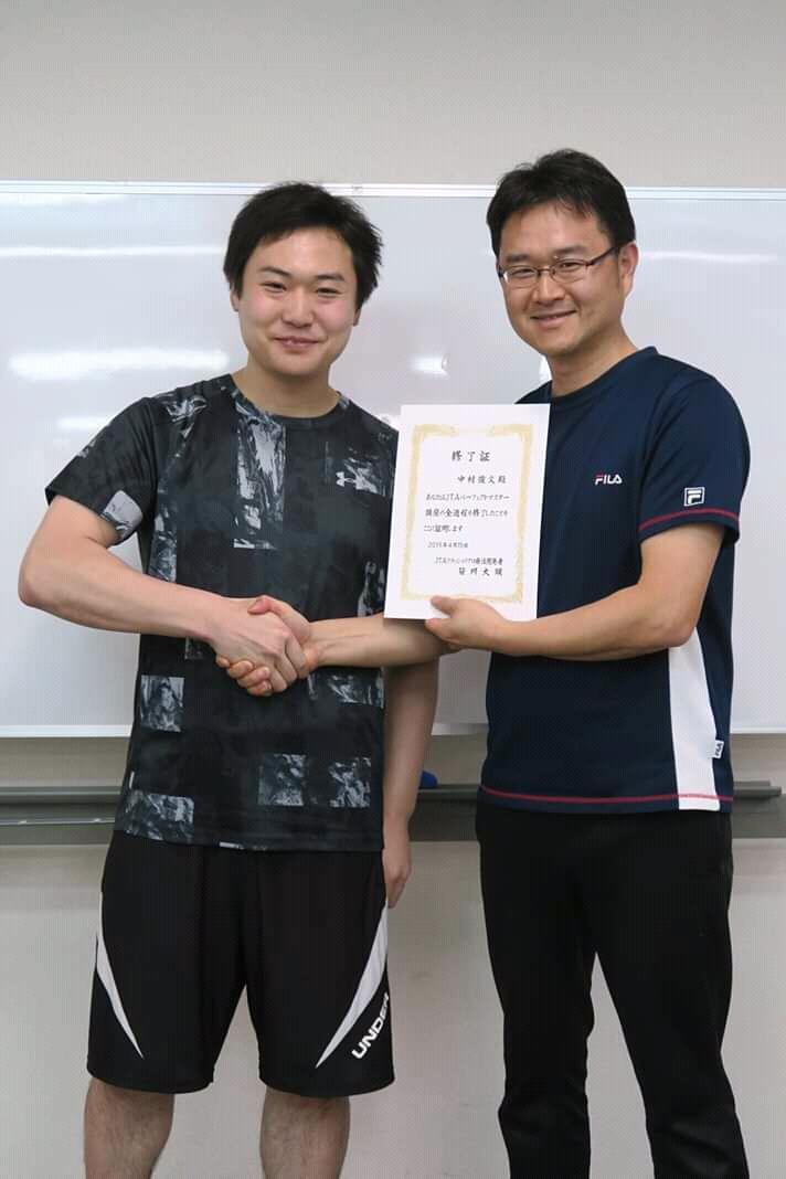 笹川先生と握手する中村
