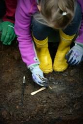 Maasta paljastuu tuohta, joka kaivetaan varmuuden vuoksi esiin puutikulla. Paikalla käyneillä talonpojilla on voinut olla mukanaan tuohiastioita, mutta tällä kertaa maasta löytynyt tuohenpala ei ollut peräisin esineestä.