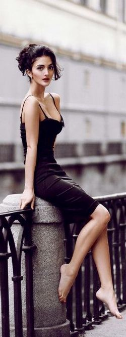 street-style-black-dress-classic-style-@wachabuy