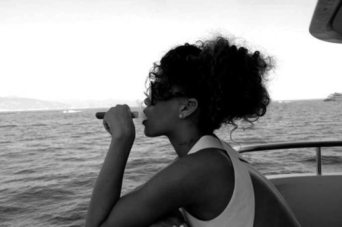 black-and-white-rhianna-rihanna-smoking-tattoo-Favim.com-361551