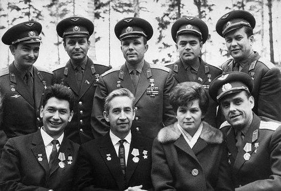 Valery Bykovsky, Herman Titov, Yuri Gagarin, Andriyan Nikolayev, Pavel Popovich, Boris Yegorov, Konstantin Feokistov, Valentina Tereshkova y Vladimir Komarov