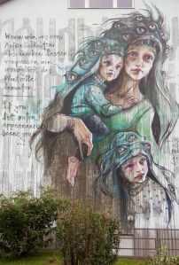 """""""Wenn wir uns von Äußerlichkeiten abschrecken lassen, verpassen wir womöglich das Wertvolle darunter."""" Mural des Street Art Duos HERAKUT in Heidelberg."""
