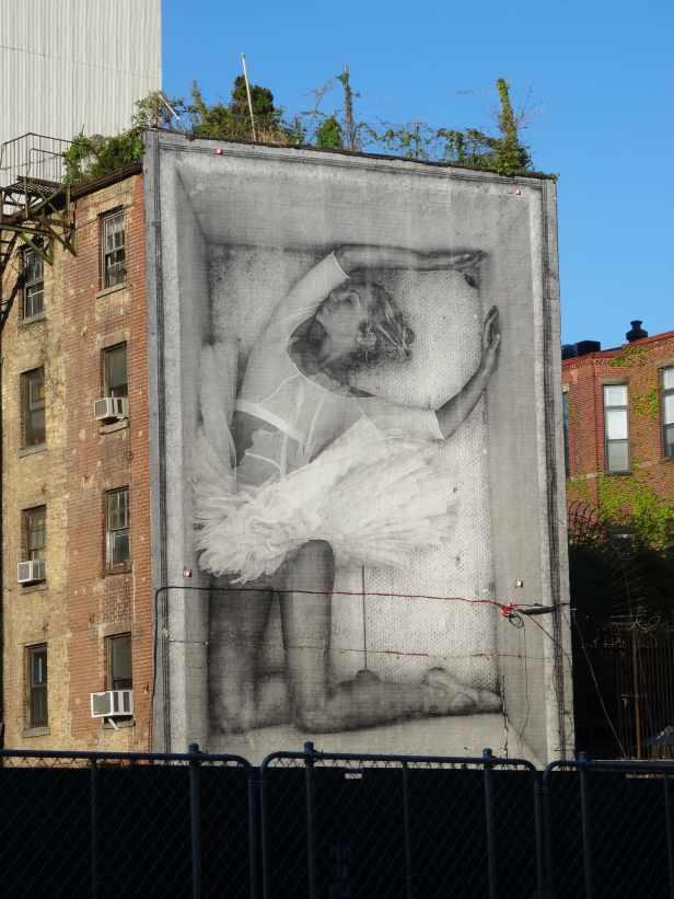 Ein Projekt von JR mit dem New York City Ballet führte zu der Fotografie der Ballerina, die nun auf einer New Yorker Hausfassade prangt.