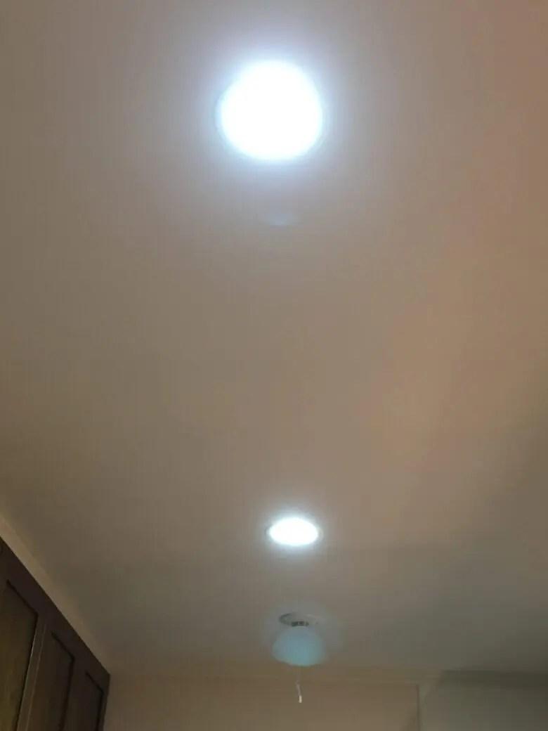 キッチンだけ色違いのダウンライト。LDK全て点灯すると違和感があるお家