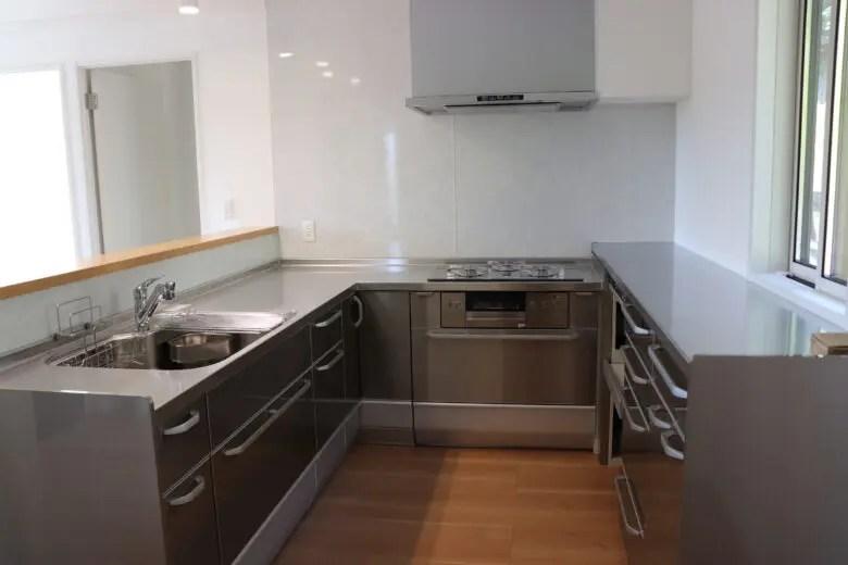 オールステンレスにしたコの字型のキッチン。スペースや熱源を選ぶ時の参考点