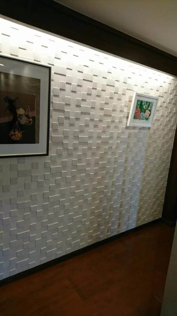 玄関の廊下を展示場に。まるで美術館!壁をタイルにすると空間に立体感がでる