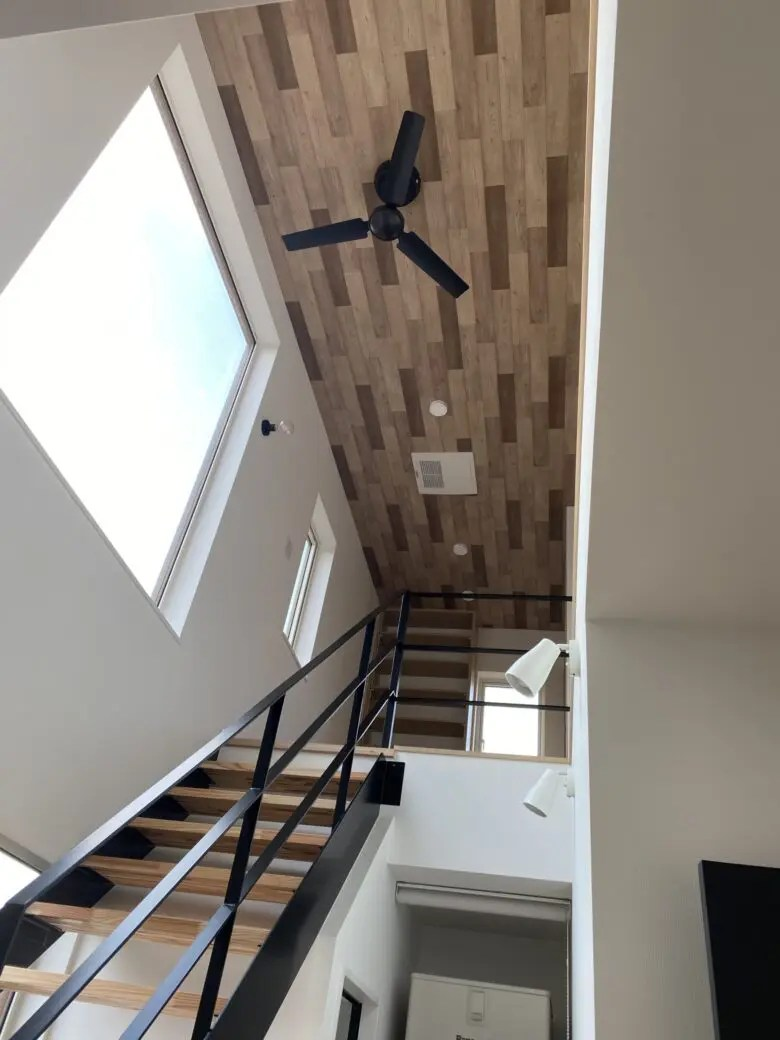階段の天井は木目調のクロス。おしゃれな空間を演出し褒められるお家へ