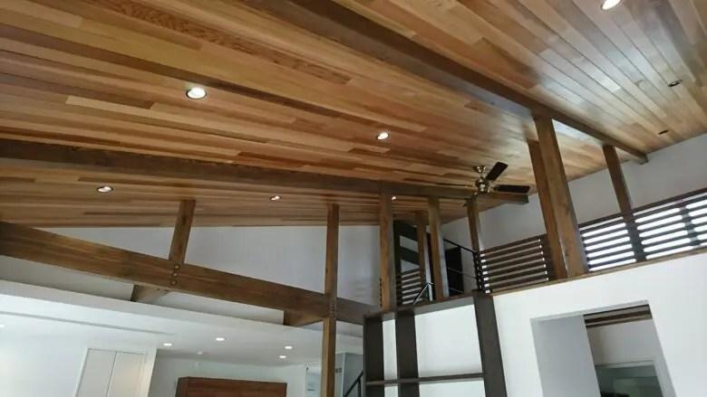 平屋ならではの空間を生かした勾配天井のデザイン。不ぞろいな木目の板で雰囲気を演出