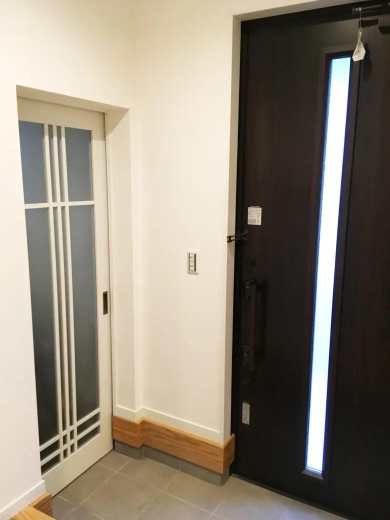 防犯を考えた明るい玄関。玄関ドア以外に工夫したのはシューズインクロークのドア