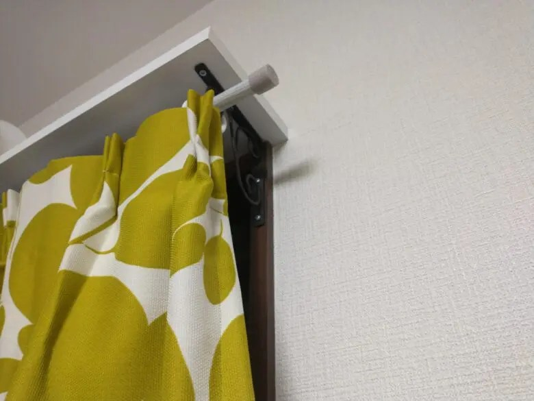小窓にカーテンを取り付けると省エネに。アイアンカーテンレールの効果と気がかり