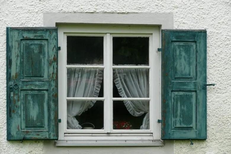 小さいからと侮ってはならない、小窓のカーテンは突っ張り棒で簡単設置