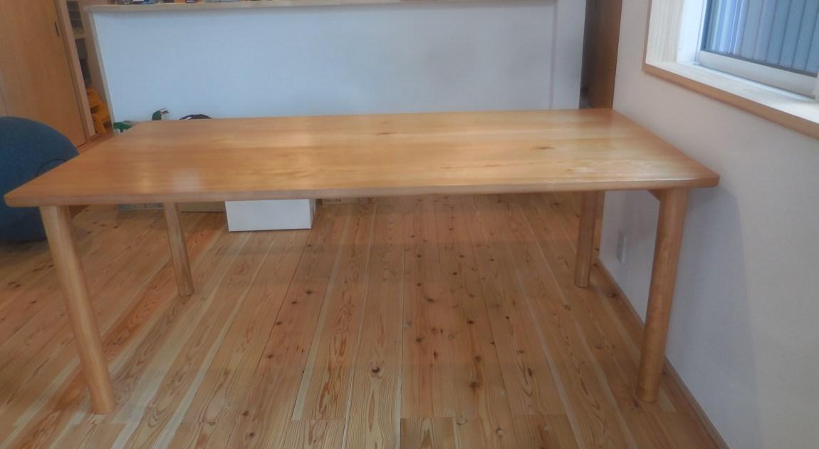 真樺材のダイニングテーブル