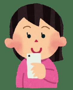 スマートフォンで物件情報の検索をする女性
