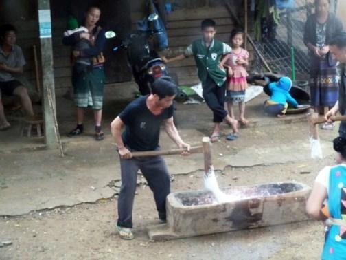 Laos, Fabrication du riz gluant sur la route de Luang Prabang