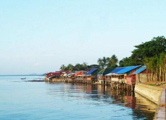 Allée des restaurants en bord de mer à kep cambodge