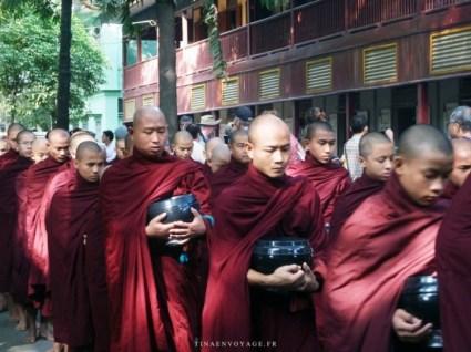 défilé de moines au monastère Mahagandayon