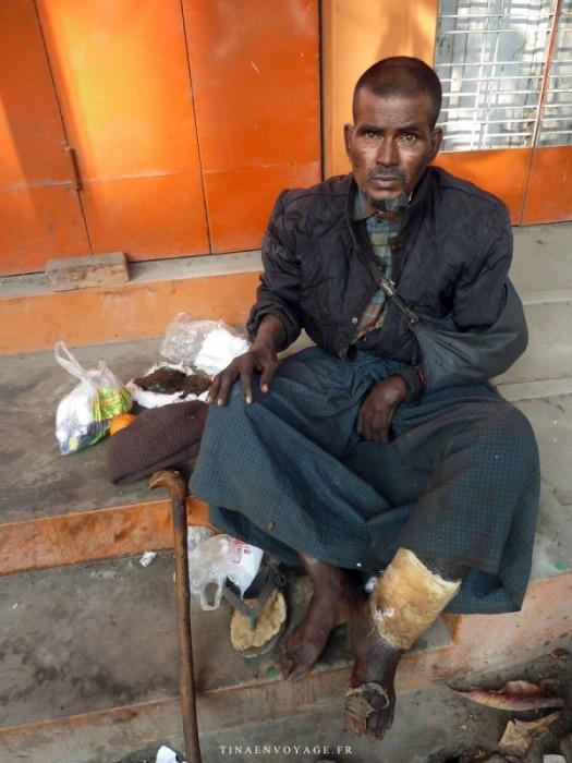 Jeune homme préparant son pansement Mandalay