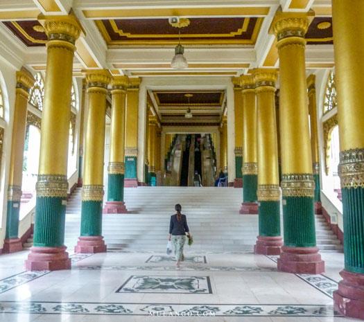 Myanmar, un des accès à la plateforme principale de la pagode Shwedagon