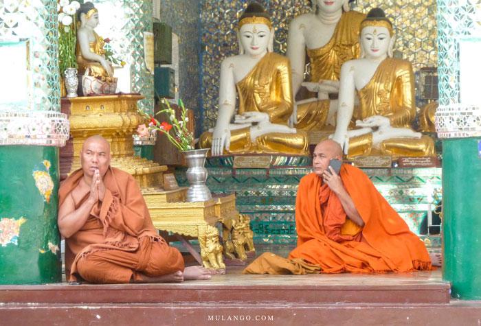 Myanmar, Yangon, moines à la Pagode Shwedagon