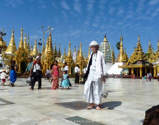 Myanmar, Yangon, vieil homme venant prier à la Pagode Shwedagon