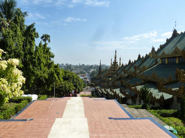 Myanmar , La Pagode Shwedagon, escalier extérieur et à droite le Piatthat (escalier intérieur)