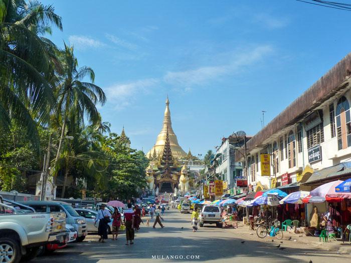 Myanmar, la Pagode Shwedagon, entrée sud gardée par ses deux Chinthes