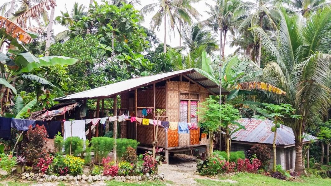 habitation vers le Mont Bandilaan sur l'île de Siquijor aux Philippines
