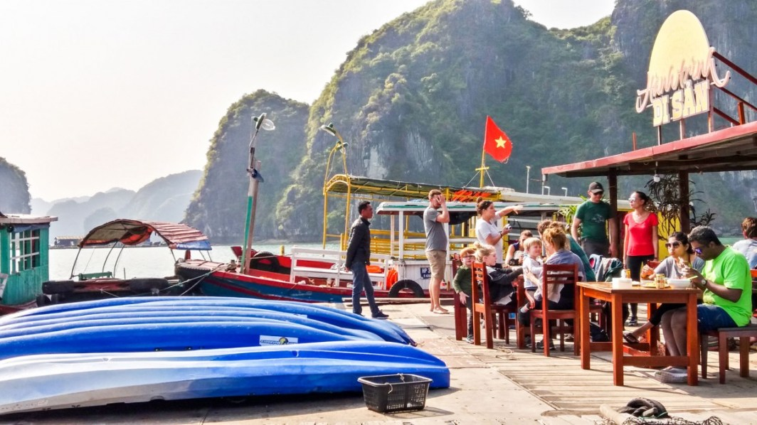 Restaurant sur pilotis au milieu de la Baie d'Halong Vietnam