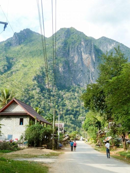Route menant à la grotte de Tham Pha Thok à Nong Khiaw au Laos