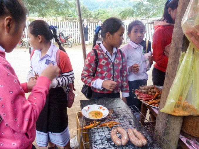 Ca vous dit une patte de poulet grillé! Les enfants adorent à Nong Khiaw au Laos