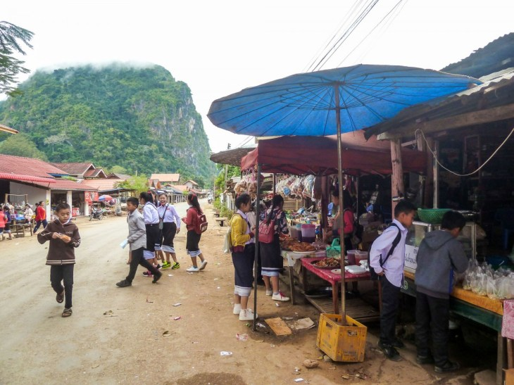 Chemin menant à la gare routière de Nong Khiaw au Laos