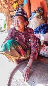 Une habitante de Ramkot triant les lentilles