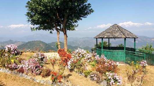le Mountain View Hotel à Ramkot devant l'himalaya