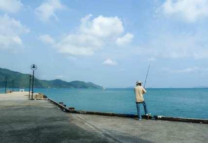 Pêcheur devant le phare de Bang Bao Ko Chang