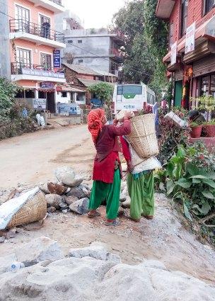 Transport de roches à dos de femme