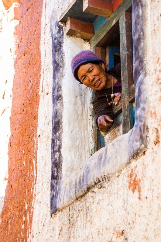 Femme à sa fenêtre à Lo Manthang au Nepal