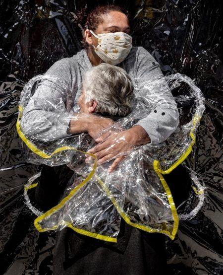 O abraço da quarentena: foto tirada no Brasil ganha o maior prêmio de fotografia