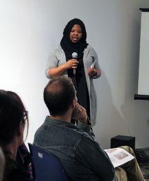Artista Kameelah Rasheed, do programa Fellowship (bolsa/residência) 2015-2016, em palestra na A.I.R. Gallery