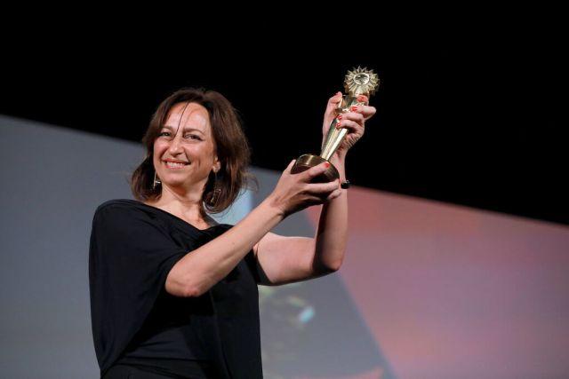 Laís Bodanzky com o prêmio de direção em Gramado - Foto: Diego Vara/Pressphoto