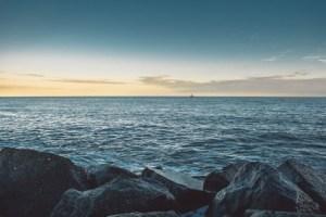 تفسير حلم البحر الهادئ للعزباء