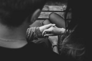 تفسير حلم الجلوس بجانب شخص تحبه