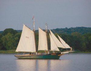 THE MARY E in full sail on the Connecticut River in 2015.